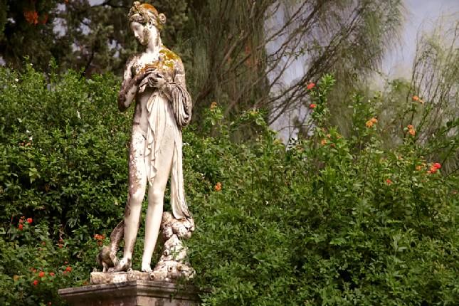Achilleion_garden_statues